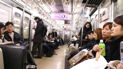 Ein japanischer Schnellzug von innen